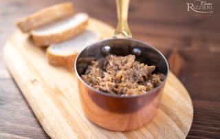 Ragù di costine Re Bianco con pane integrale a legna