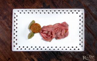"""Roast beef di Scottona """"Regina Rossa"""" con pesto al pistacchio e pallotta vegetale"""