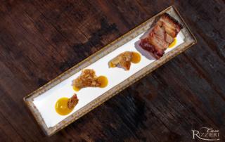 """Pancetta di suino """"Nostro Sire"""" con salsa all'arancia e cialda alla mandorla tostata"""